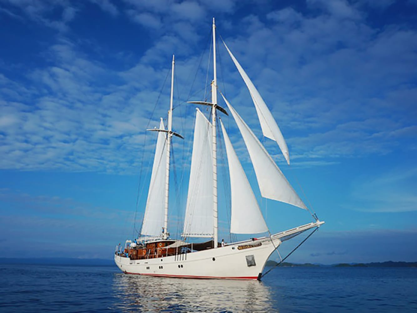Sailing Cruises - Mutiara Laut - Luxury Yacht Charter Indonesia