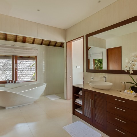 Tirta Nila Beach House, Candidasa, Bali - Master Bathroom