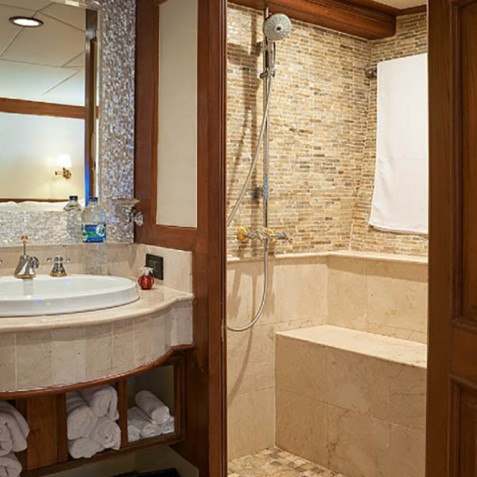 Deluxe Suite Bathroom - Mutiara Laut - Luxury Yacht Charter Indonesia