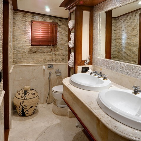 VIP Suite Bathroom - Mutiara Laut - Luxury Yacht Charter Indonesia