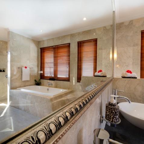 Villa Kalimaya IV - Upstairs Guest Ensuite Bathroom - Seminyak, Bali