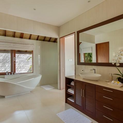 Tirta Nila Beach House, Candidasa, Bali - Master Bathroom
