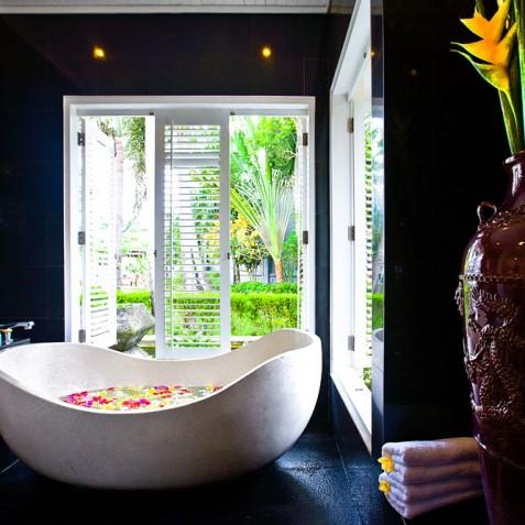 Villa Puri Nirwana, Sanur-Ketewel, Bali - Master Bathtub